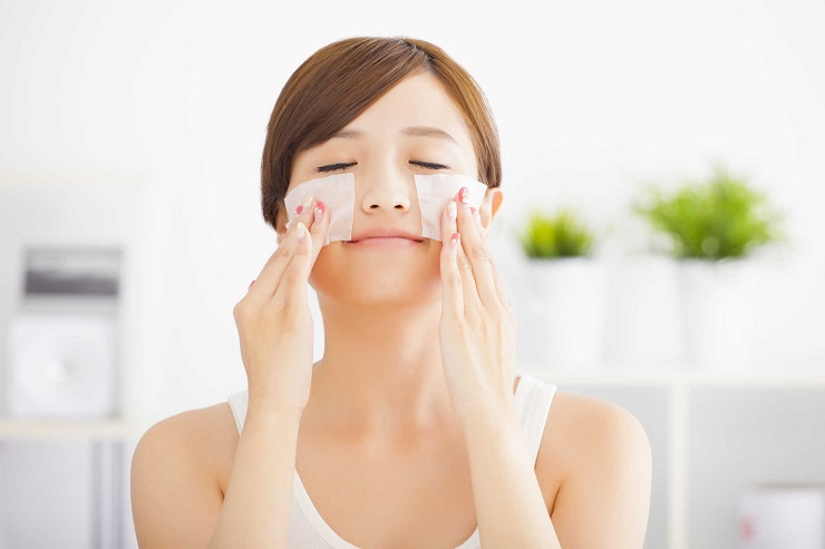 If you are reading this article, chances are that you have oily skin. If your skin is oily, you may be looking for skin care tips. Oily skins are annoying and irritating. Unlike dry skin, oily skin is more difficult to manage. Although we can't promise that these tips will make your skin free of oil but they will definitely give you positive results. So, without further ado, let's go through the 5 tips. 1. Wash Your Face at Least Twice Per Day Although it seems obvious, make sure you clean your face with lukewarm water at least twice per day. It's recommended that you opt for a good quality face wash. As soon as you wake up in the morning, wash your face. In the same way, before you go to bed, wash your face once again. While it may seem tempting to wash your face over and over again, don't do it. Frequent washing will remove the natural oils making you too sensitive and prone to oil. 2. Eat the Right Diet If possible, your diet should include lean proteins, fruits, and vegetables. Also, you may want to reduce your intake of processed and fried foods. In the same way, you should stay away from sugary beverages. Instead, you should stick to kiwis and lemons in order to treat your acne and balance the tone of your skin. 3. Use a good Moisturizer There are many causes of oily skin. For instance, when you don't drink enough water or lose too much water from your body, your skin tends to produce a lot more oil, which may result in acne. So, how can you treat this type of acne? You can opt for a special moisturizer to hydrate your skin. It will tighten the pores and moisturize your skin. 4. Exfoliate your Skin You can benefit greatly from exfoliation, which involves the process of getting rid of dead skin cells. They are found on the top layer. This layer tends to block the pores. So, all you need to do is scrub your face with a good quality scrubber. It will leave your skin clean and smooth in a few days. Moreover, it will serve as a good cleanser that can help you get r